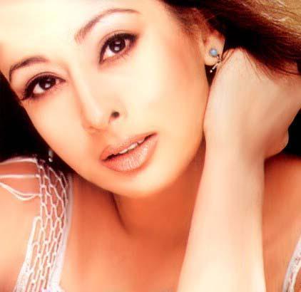 Preeti Jhangiani Hot Romantic look Wallpaper