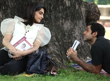 Sonam Kapoors first on screen kiss with Abhay Deol in Aisha