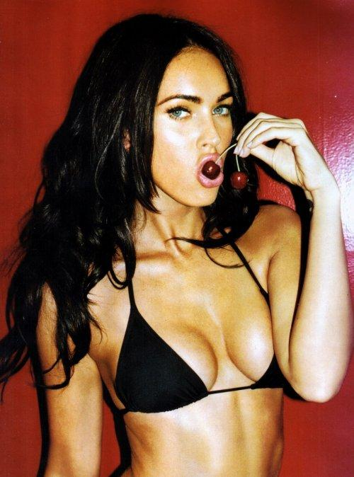 Megan Fox Sexy Cleavages Show Wallpaper