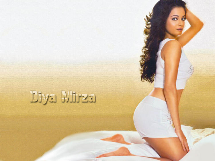 Diya Mirza Hot Hips Show Wallpaper