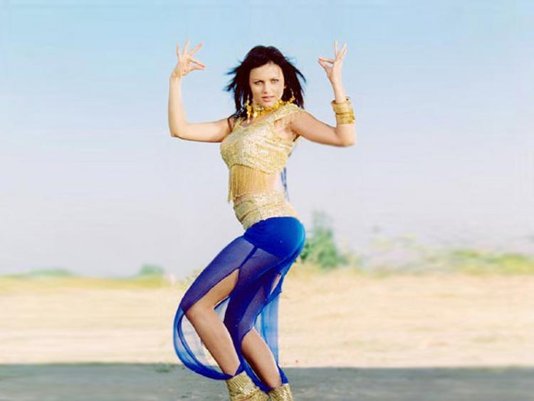 Yana Gupta Sexy Dance Exposing Wallpaper