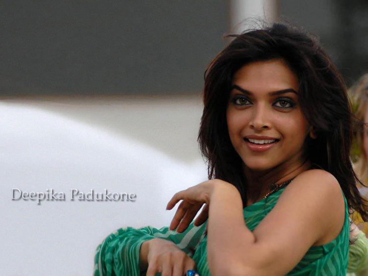 Deepika Padukone Cute Look Wallpaper