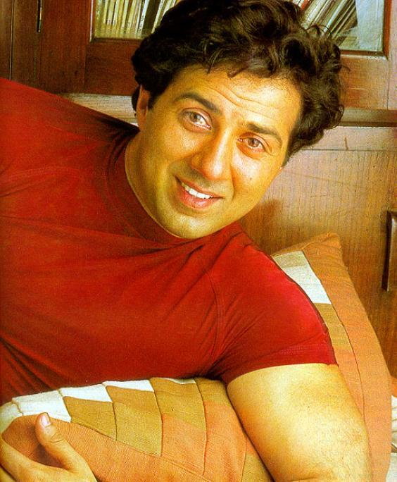 Sunny Deol cute smile in red T-Sirt