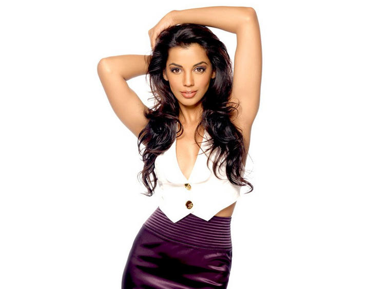 Mugdha Godse Sexy Romantic Look Wallpaper