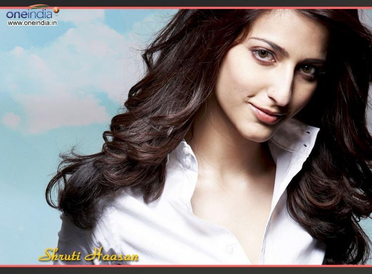 Shruti Haasan Romantic Look Wallpaper