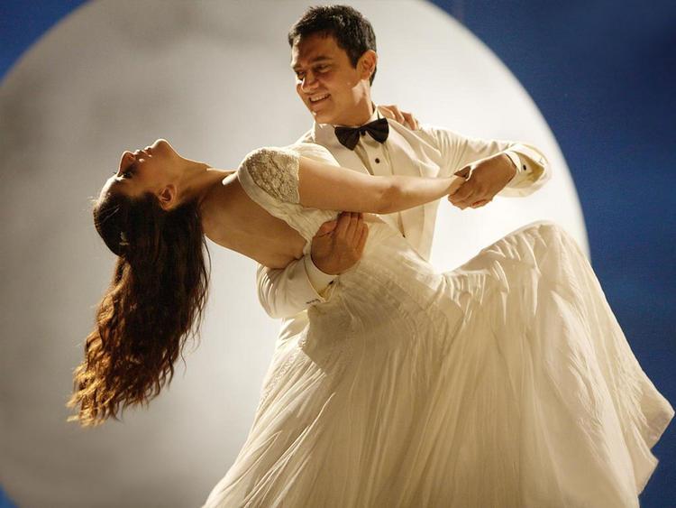 Kareena Kapoor with Aamir Khan In 3 Idiots Romantic Song Still