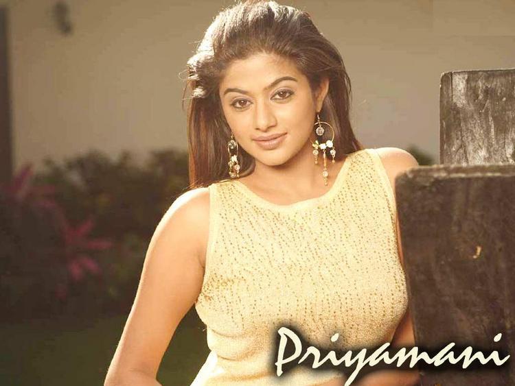 Priyamani Hot Romantic Look Wallpaper