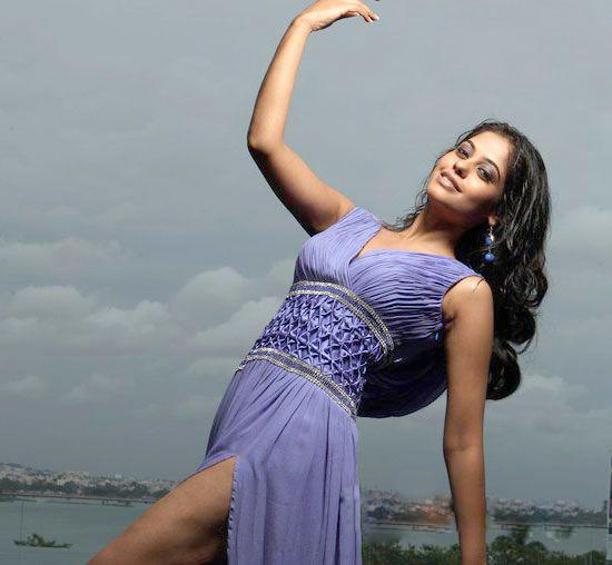 Bindhu Madhavi Cute Hot Pose Photo Shoot