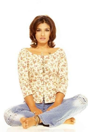 Raveena Tandon Fulldress Cute Look Wallpaper