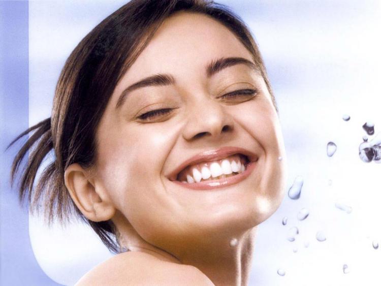 Minisha Lamba With Open Smile Wallpaper