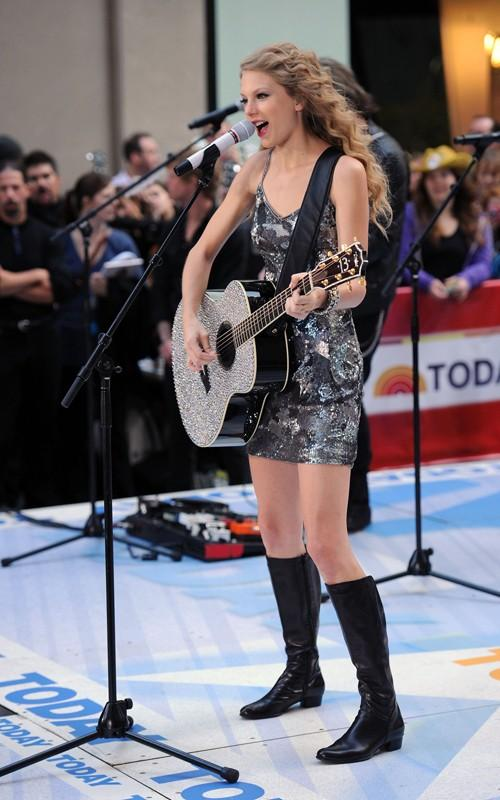 Taylor Swift Rocking Performance Still With Guitar