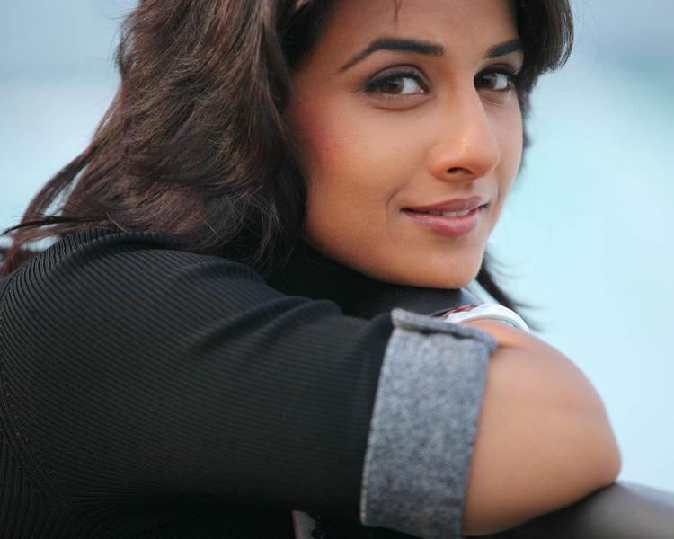 Vidya Balan Sweet Romantic Look Wallpaper