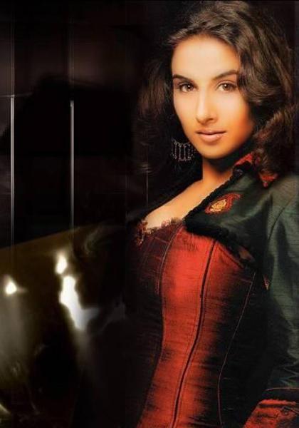 Vidya Balan Hot Romantic Look Wallpaper