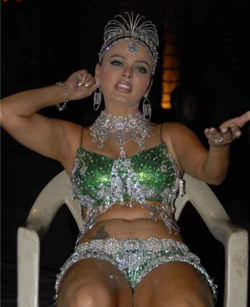 Item girl rakhi in bikini hot photo
