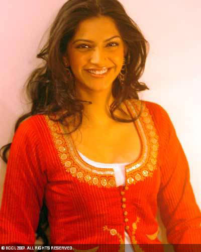 Sonam Kapoor with open smile wallpaper
