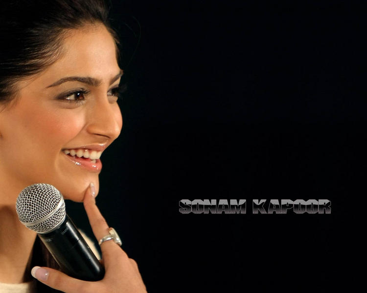 Sonam Kapoor  sweet smile wallpaper