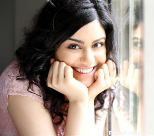Adah Sharma sweet smile pics