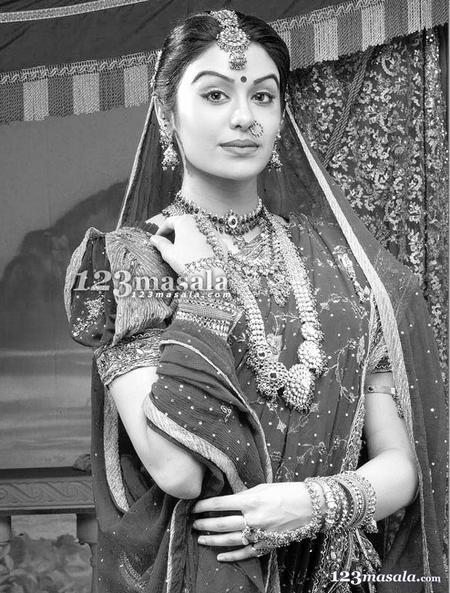 Adah Sharma look beautiful in saree