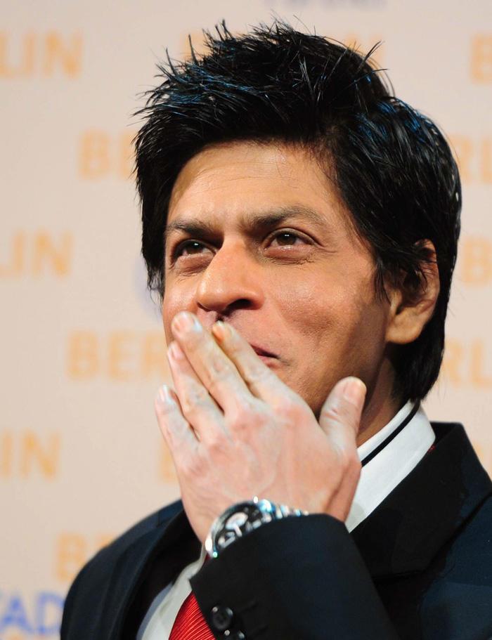 Shahrukh Khan at Don 2 Berlin Press Conference Flying kiss pic