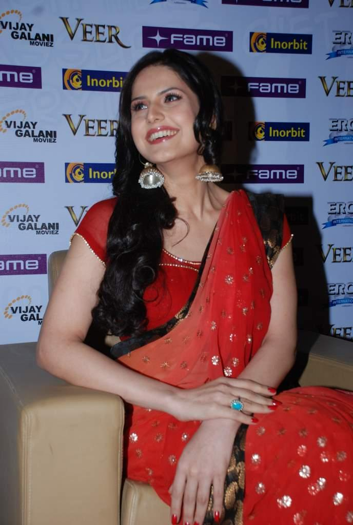 Zarine Khan red hot saree pics