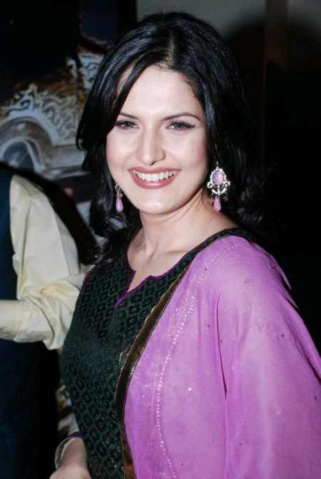 Zarine Khan in salwar suit posing sweet smile