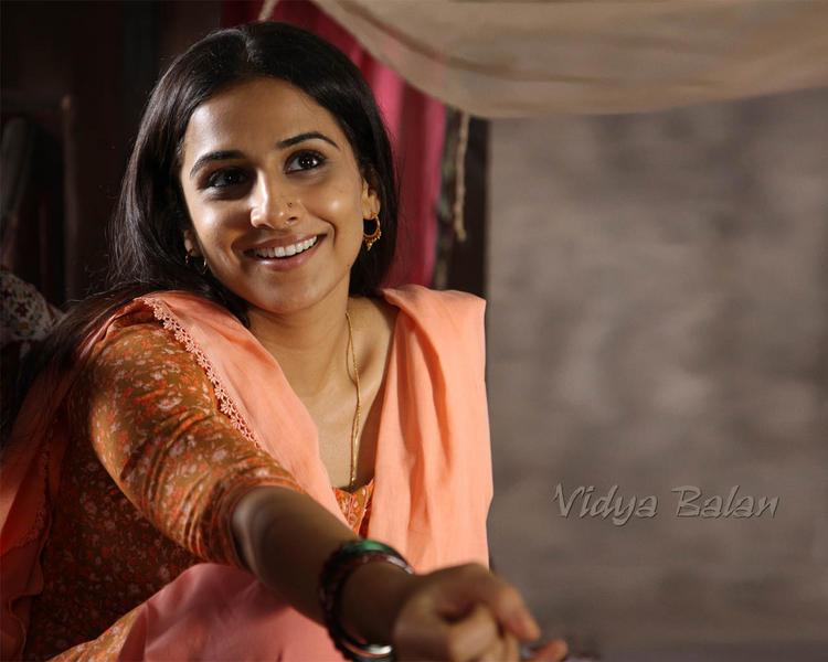 Vidya Balan  sexy smile images