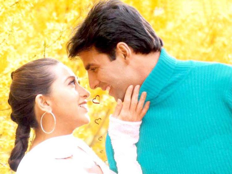 karishma Kapoor with Akshay Kumar romantic pics