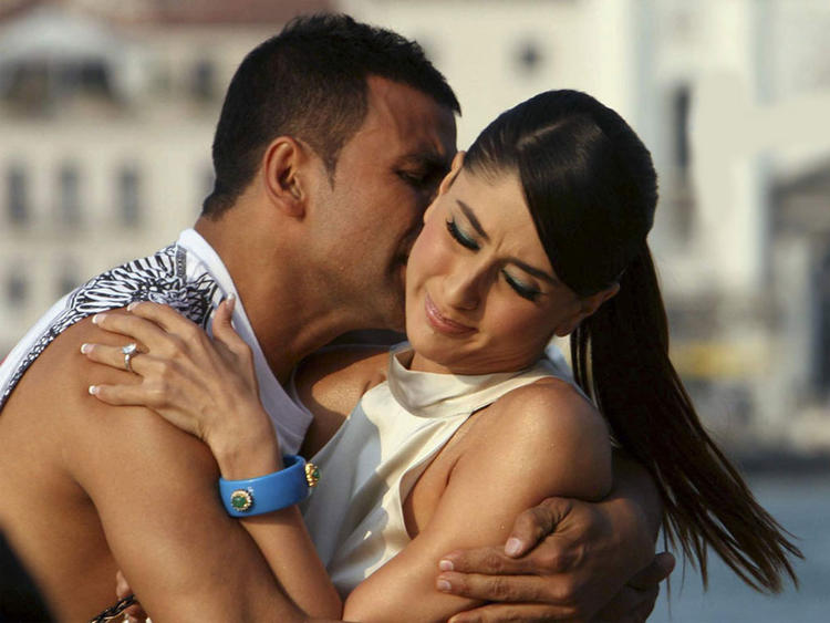 Kareena Kapoor with Akshay Kumar hot kiss pics