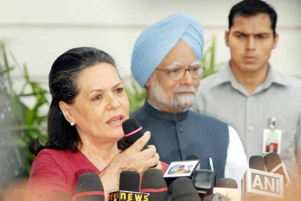 Manmohan Singh and Congress President Sonia Gandhi at press meet