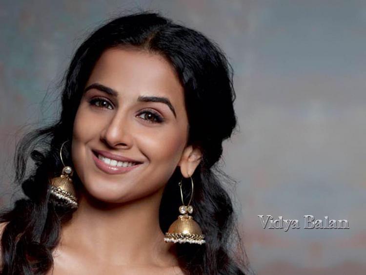 Vidya Balan smiley look