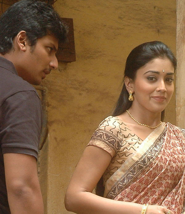 Jeeva and Shriya stills in Rowthiram movie