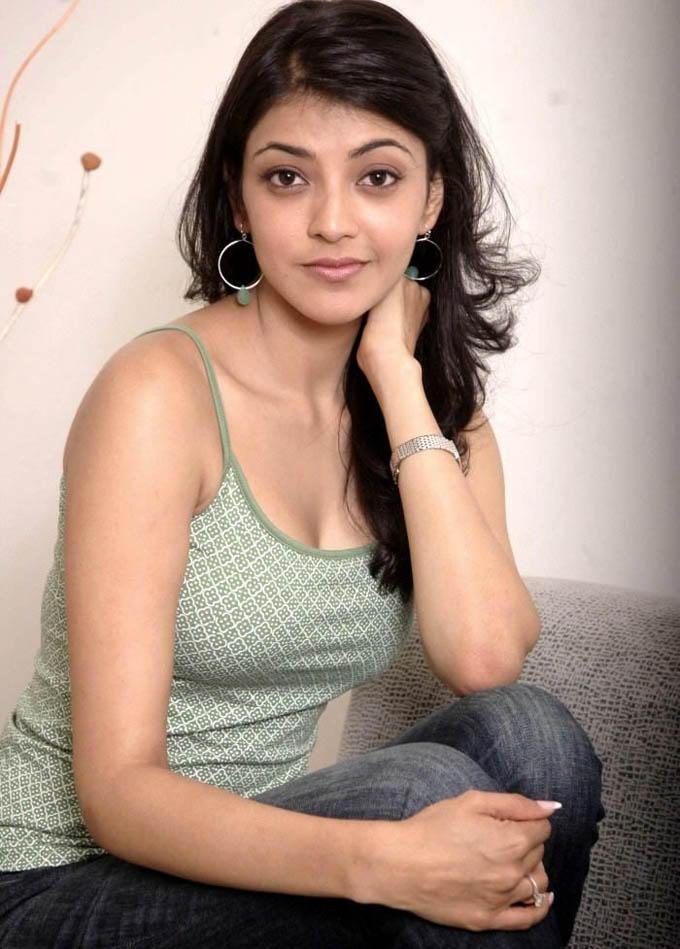 kajal agarwal romantic tshirt stills