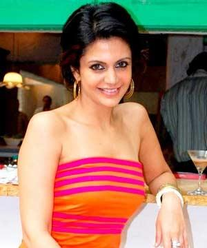 Mandira Bedi cute hot smile pics