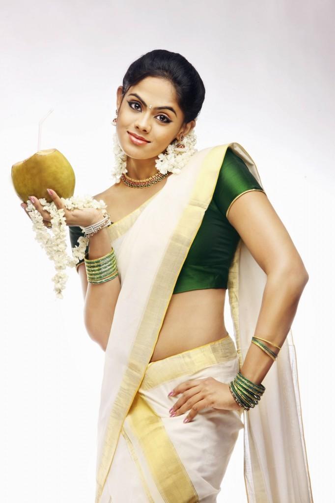 karthika Nair cute saree stills