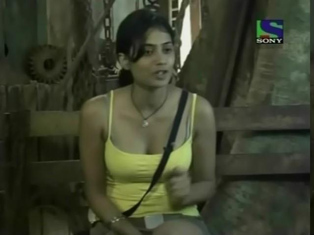 Shweta Tiwari in iss jungle se mujhe bachao