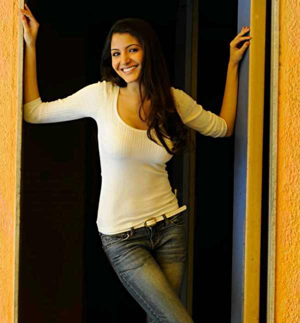Anushka sharma looks hot in white tops and tight jeans