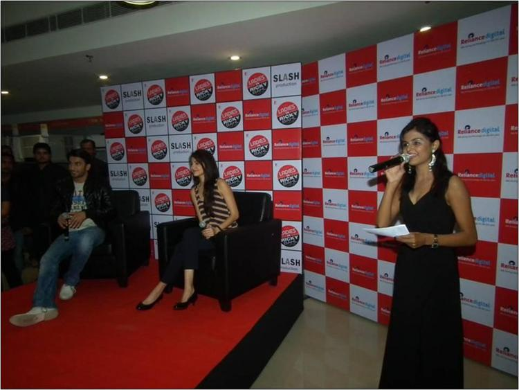 Ranveer Singh & Anushka Sharma Interact The Crowd 1