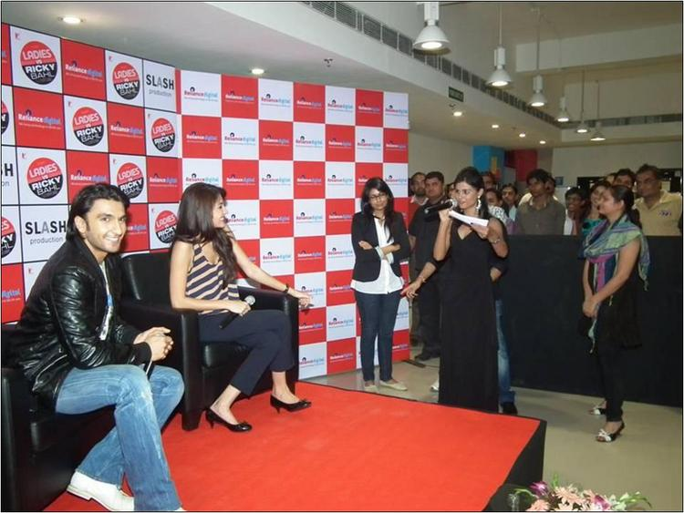 Ranveer Singh & Anushka Sharma addressing the fans 1