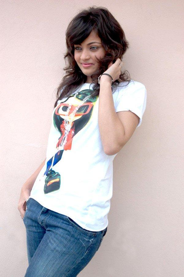 Sneha Ullal looks sexy in white t-shirt