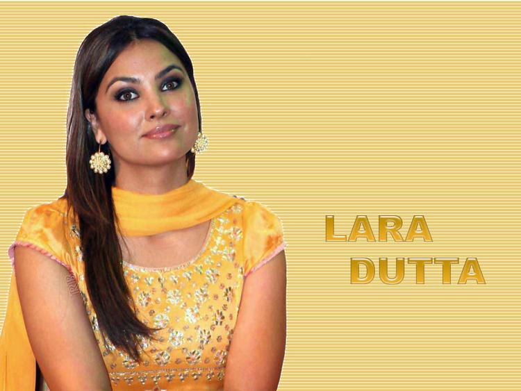 Lara Dutta looks hot in salwar suit