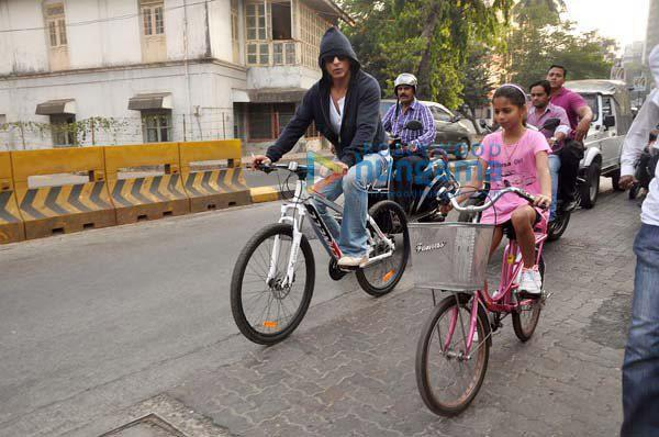 Shahrukh Khan with daughter cycling on road