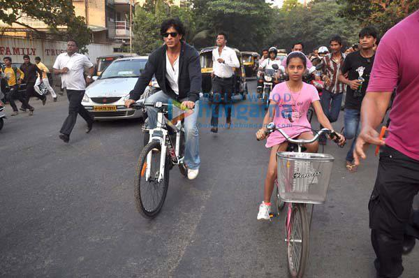 Shahrukh Khan with daughter cycling on road - II