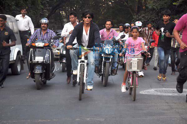 Shahrukh Khan with daughter cycling on road - III