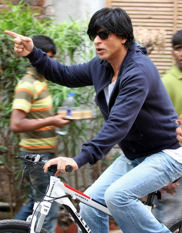 Shahrukh Khan waving the crowd