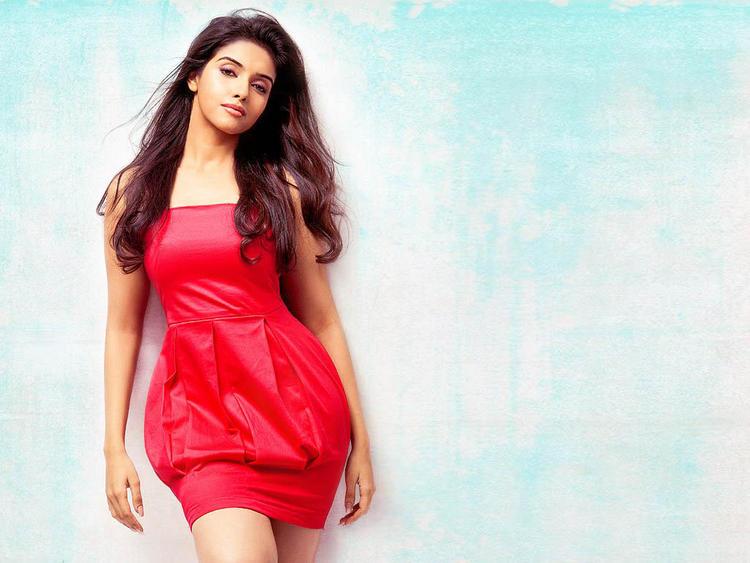 Asin Thottumkal in red short skirt hot pose