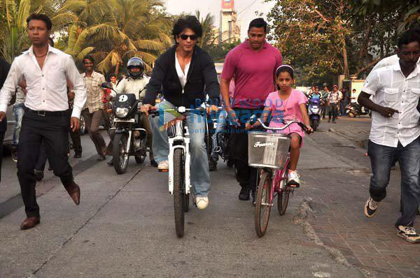 Shahrukh Khan with daughter cycling on road - IV