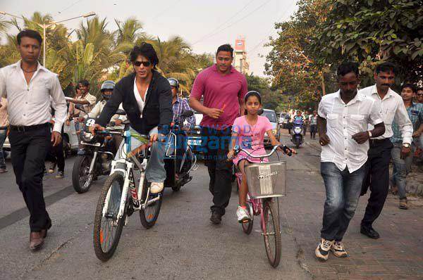Shahrukh Khan with daughter cycling on road - V