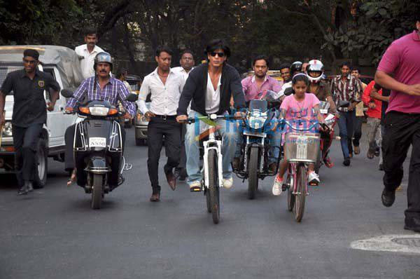 Shahrukh Khan with daughter cycling on road - VII