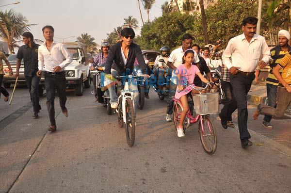 Shahrukh Khan with daughter cycling on road - VIII