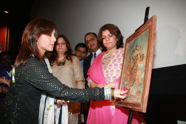 Rani Mukherjee painting watching pics